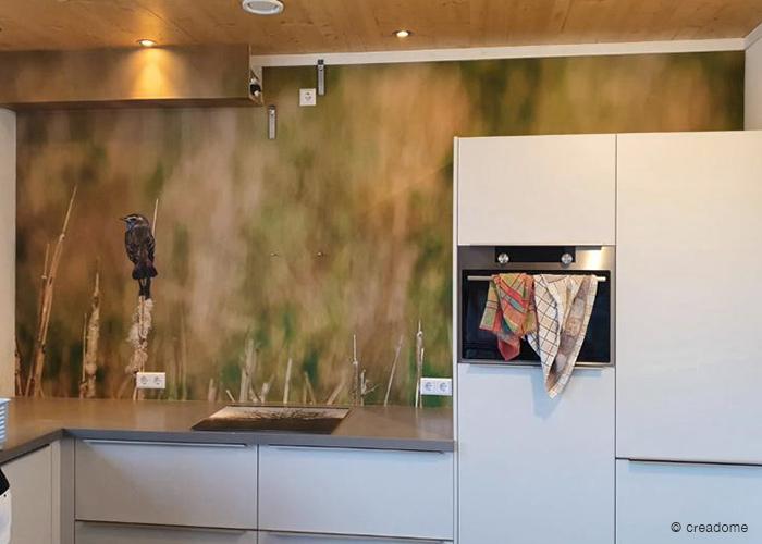Na montage fotobehang blauwborst in keuken