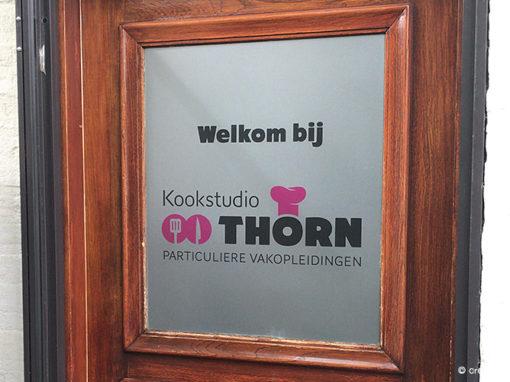 Zandstraalfolie ramen en deur buitenzijde Kookstudio Thorn